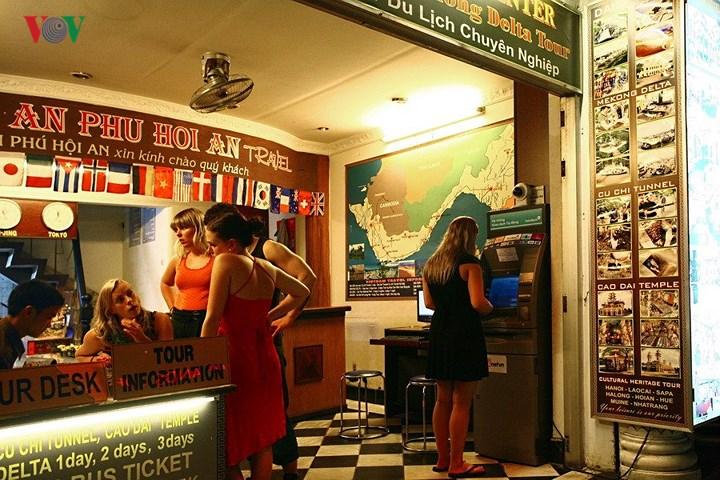 Một văn phòng du lịch trên phố Phạm Ngũ Lão. Dù đã muộn nhưng vẫn có khách tới đặt tour. Dường như những dịch vụ du lịch ở đây phục vụ không ngơi nghỉ bất kể ngày đêm.