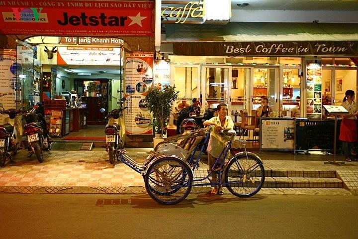 Người đạp xích lô nhẫn nại chờ khách. Bên cạnh những ồn ào náo nhiệt, những cửa hàng sáng choang ánh đèn ở phố Tây; cũng có cả những người lao động lầm lũi và lặng lẽ mưu sinh.