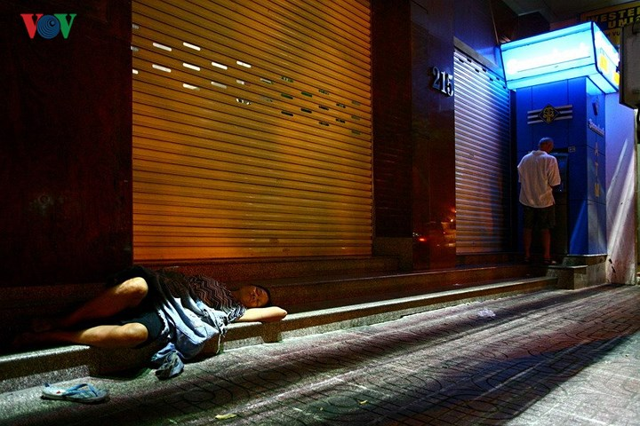 Và đâu đó cũng có cả góc buồn của cuộc sống – trên vỉa hè trước phòng giao dịch ngân hàng trên phố Phạm Ngũ