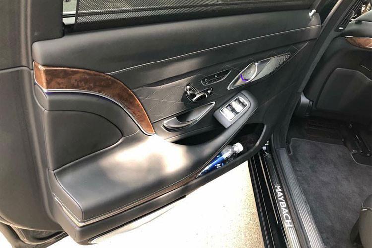 Thân xe xuất hiện logo hai chữ M lồng vào nhau biểu tượng của Maybach, gần cửa kính sau và bậc lên xuống... cũng là đặc điểm nhận dạng của dòng xe siêu sang Mercedes-Mabach so với những chiếc xe sang của thương hiệu Mercedes-Benz thông thường. Mâm xe kích cỡ 19 inch, thiết kế dạng hợp kim đa chấu đơn khá bắt mắt.