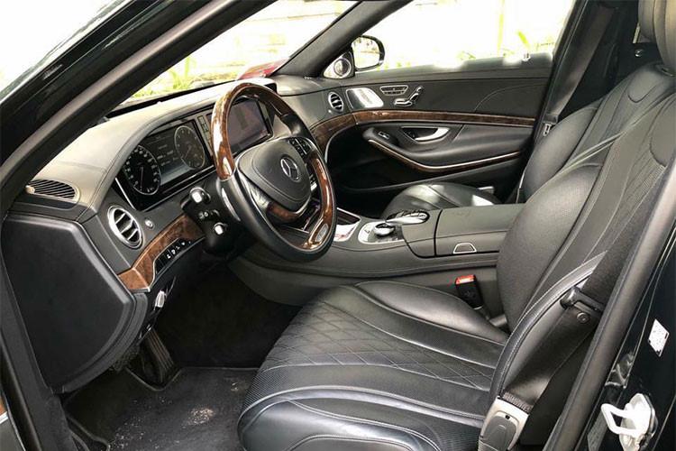 Bên trong nội thất xe sử dụng chất liệu da Nappa Exclusive hoặc designo Exclusive Semi-aniline và được rút gọn so với các đàn anh chỉ có chức năng massage ở hàng ghế sau. Các trang bị tiện ích gồm hệ thống kết nối Command Online hiển thị thông tin trên kính chắn gió, loa Burmeister 3D High End có công suất 1.540 W với 24 loa.