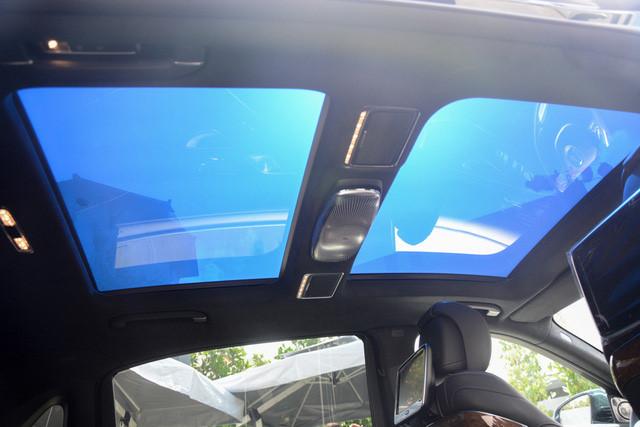 Trên mẫu xe này còn có cửa sổ trời toàn cảnh với kính đổi màu Magic Sky Control cực kỳ ấn tượng. Hệ thống an toàn trên xe bao gồm hệ thống quan sát ban đêm, dây đai an toàn phát sáng, công nghệ an toàn đón đầu Pre-Safe với các tính năng tự động nâng kính, nâng gối tựa đầu, siết chặt dây an toàn khi xảy ra va chạm...