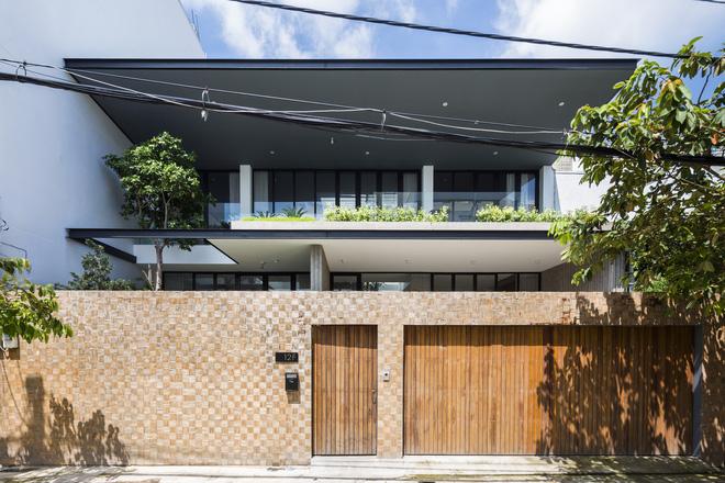 Nền nhà cao hơn nền đường 1 chút, các bức tường bao quanh đã tạo ra không gian riêng tư, tránh được sự ồn ào, náo nhiệt của phố phường