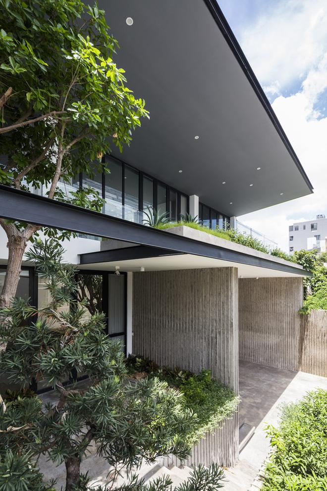Hướng nhà là hướng Tây, thiết kế nhà có mái hiên rộng nên tránh được ánh sáng mặt trời trực tiếp.