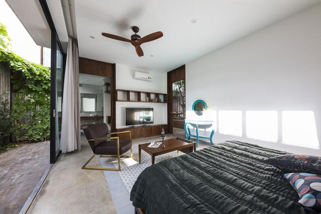 Phòng ngủ có một cửa sổ trượt lớn tạo cảm giác cởi mở.