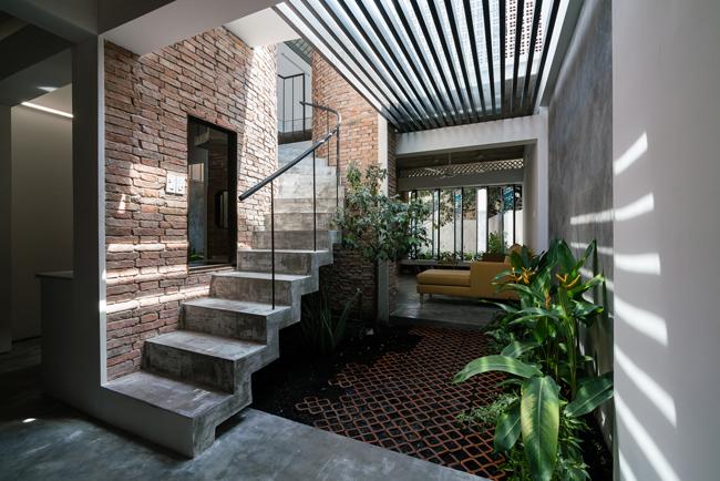 Các chi tiết của nhà cũ như tường gạch mộc, gạch thông gió, hàng hiên được tận dụng cho kiến trúc mới vì khá phù hợp với thời tiết Sài Gòn.