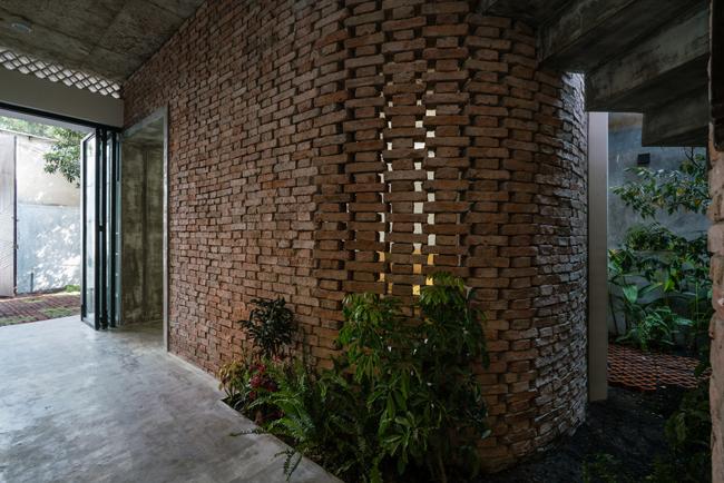 Các khu vực chức năng trong nhà được phân tách bằng những mảng tường gạch mộc.