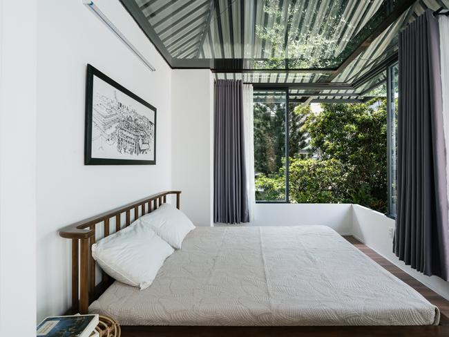 Mái che hình chiếc ô ở trên giúp phòng ngủ không bị ảnh hưởng quá nhiều bởi ánh nắng mặt trời.