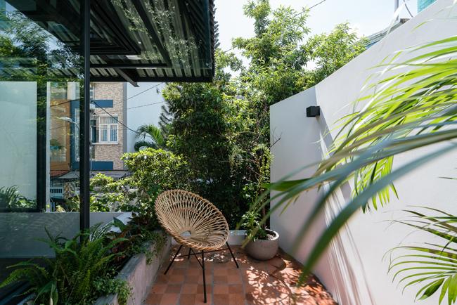 Khu vực nghỉ ngơi, thư giãn, tắm nắng được đặt bên ngoài, dưới mái che, xung quang là cây xanh cho bóng mát.