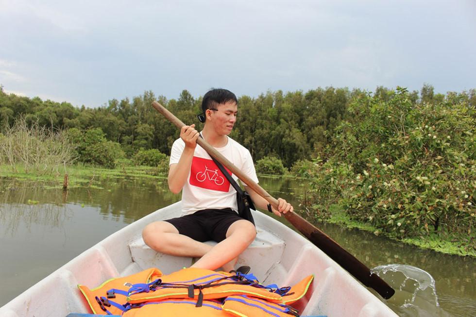 Bạn trẻ từ TP.HCM tìm đến rừng tràm Trà Sư để tìm chút bình yên ẢNH: TẤN HIỆP