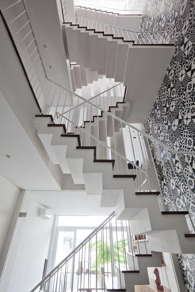 Ở các tầng trên, lan can bằng chất liệu thép sơn màu trắng.