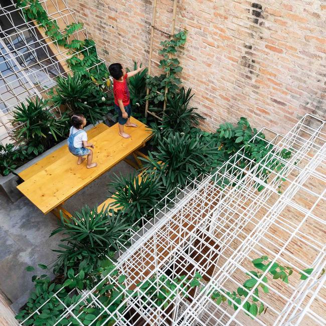 Sử dụng rất nhiều khung thép trong thiết kế nhà nhưng sự tinh tế, khéo kết hợp đã mang lại một không gian sống đẹp và chất lượng cho Lee&Tee. Ngôi nhà này không chỉ là nơi ở mà còn tượng trưng cho tình yêu, đam mê của những người chủ gia đình.