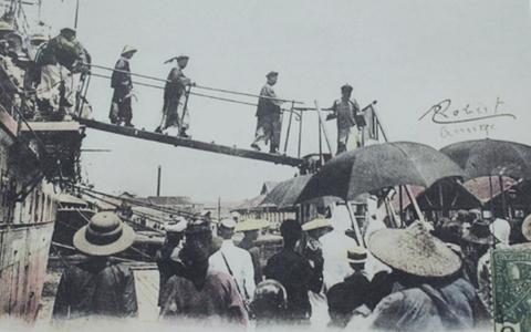 Một sứ đoàn Trung Hòa từ tàu thủy xuống bến cảng Sài Gòn năm 1920.