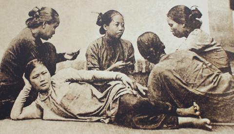 Những cô gái Sài Gòn chơi bài 3 lá.