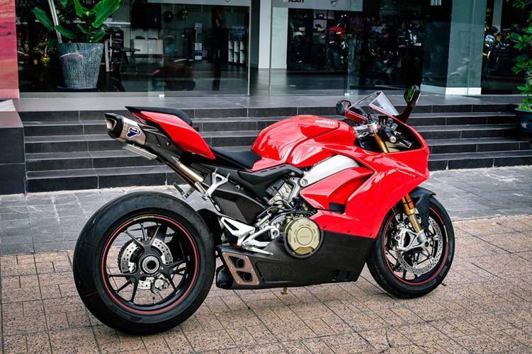 """Sau khi về tay chủ nhân mới, chiếc siêu môtô Ducati Panigale V4S đầu tiên Việt Nam được độ lên cụm ống xả Termignoni """"full system"""" trị giá gần 200 triệu đồng. Phần ống xả chính có thiết kế lục giác chia làm 2 lỗ được thiết kế hầm hố và cho ra âm thanh hay hơn."""