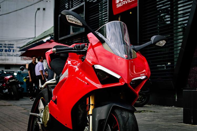 Ducati đã lột xác hoàn toàn cho Panigale V4, thoát ra khỏi hình bóng của những đàn anh như Panigale 899, 959, 1199 hay gần nhất là 1299. Đây là mẫu xe có thiết kế hoàn toàn mới bao gồm khung xe, động cơ và các công nghệ được cải tiến.