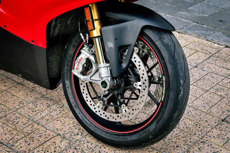 """Phiên bản Ducati V4S độ khủng này có các cải tiến vượt trội hơn như giảm trọng lượng bình ắc-quy, chảng ba CNC nguyên khối, chắn bùn carbon, giảm xóc trước sau đều của Ohlins có thể tùy chỉnh và được trang bị công nghệ điều khiển Ohlins Smart EC 2.0. Xe chỉ nặng 195 kg, tức là nhẹ hơn 2,5 kg so với """"đàn em"""" 959 Corse."""