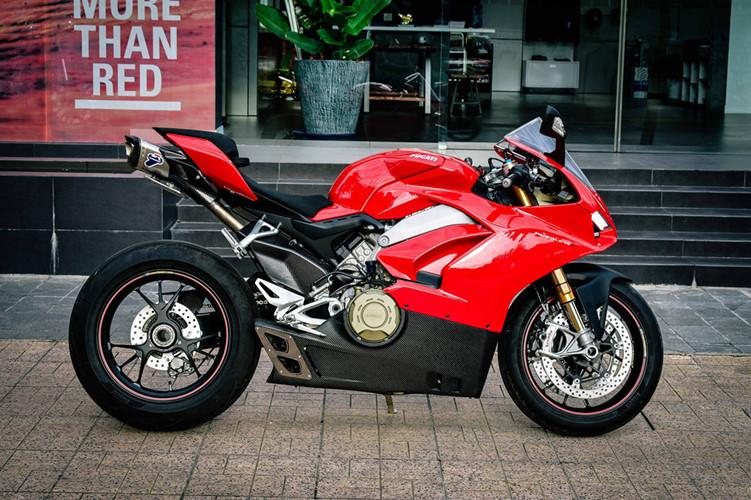 Động cơ của Ducati Panigale V4S là loại Desmosedici Stradale 4 xi-lanh góc chữ V 90 độ, với 4 van trên mỗi xi-lanh, làm mát bằng dung dịch. Khối động cơ này có dung tích 1.103 cc, sản sinh công suất lên tới 214 mã lực tại 13.000 vòng/phút và mô-men xoắn cực đại 124 Nm tại 10.000 vòng/phút.