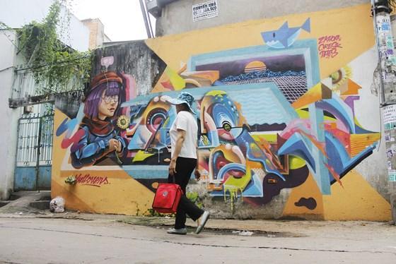 Một bức tường được vẽ Graffiti trên đường Nguyễn Duy, quận Bình Thạnh được người dân đón nhận. Ảnh: THỤC QUYÊN
