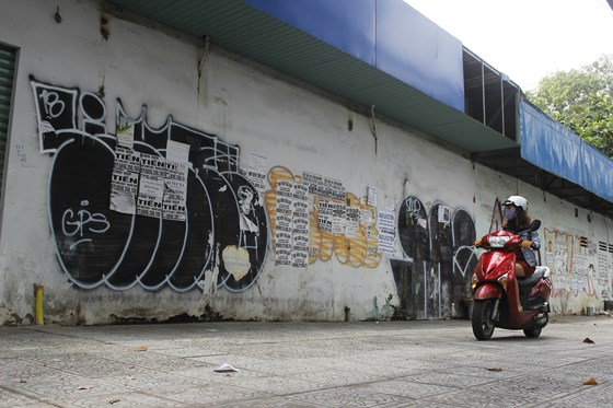 Những hình vẽ Graffiti bôi bẩn một đoạn vỉa hè trên đường Tô Hiến Thành, quận 10, TPHCM. Ảnh: THỤC QUYÊN