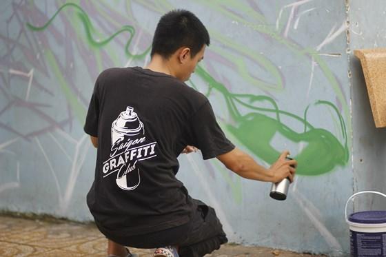 Nguyễn Hoàng Hiệp yêu thích Grafifti vì sự phóng khoáng, giá trị văn hóa của nghệ thuật này mang đến. Ảnh: THỤC QUYÊN