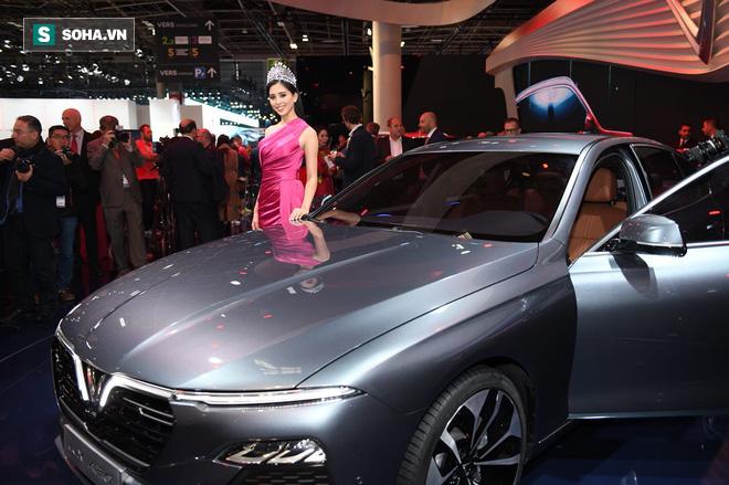 Ngay sau đó, khách mời và nhà báo đã được tận mắt chiêm ngưỡng nội thất của 2 chiếc xe.