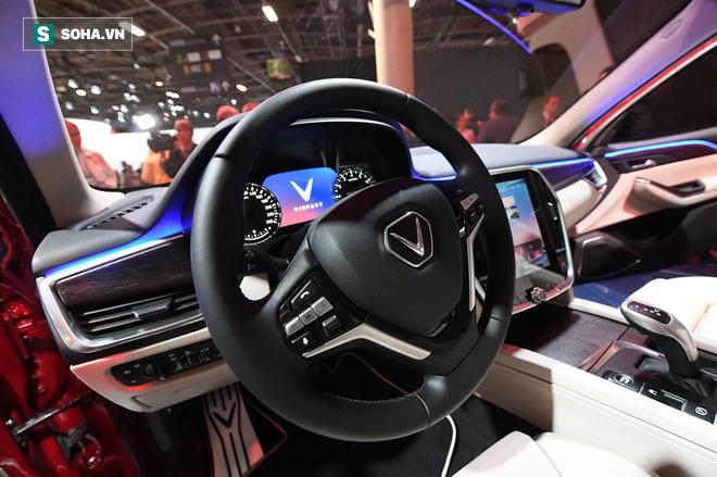 Vô -lăng 3 chấu tương tự các dòng xe cao cấp của BMW, màn hình tích hợp hiển thị.