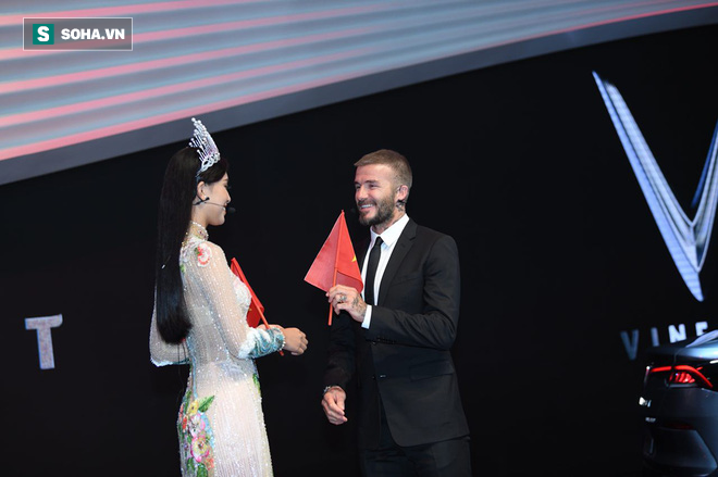 Hình ảnh tuyệt đẹp trong buổi lễ khi Hoa hậu Việt Nam 2018 Trần Tiểu Vy tặng cựu danh thủ David Beckham lá cờ Việt Nam ngay trên sân khấu VinFast.