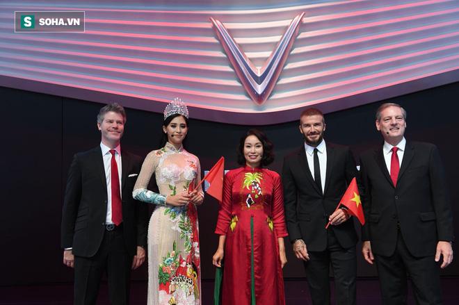 Khách mời và lãnh đạo VinFast chụp ảnh chung trong sự kiện ghi dấu ấn lịch sử của ngành ô tô Việt Nam.