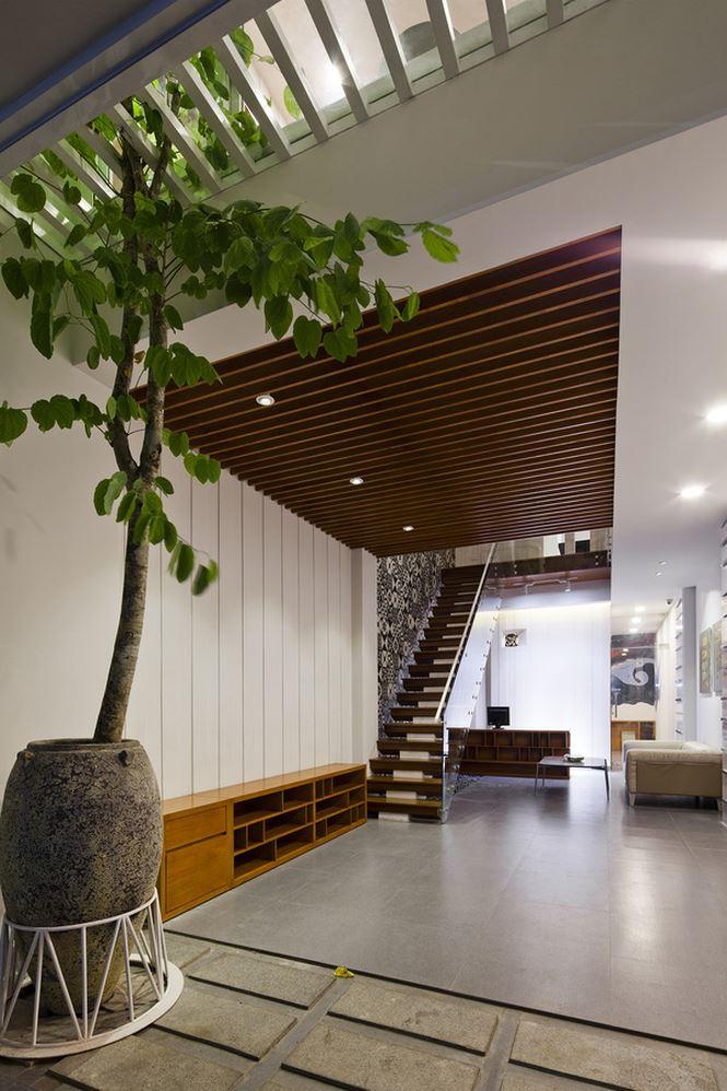 Tầng 1 ngôi nhà thoáng và bắt mắt nhờ sự góp mặt của các chất liệu gỗ - đá.