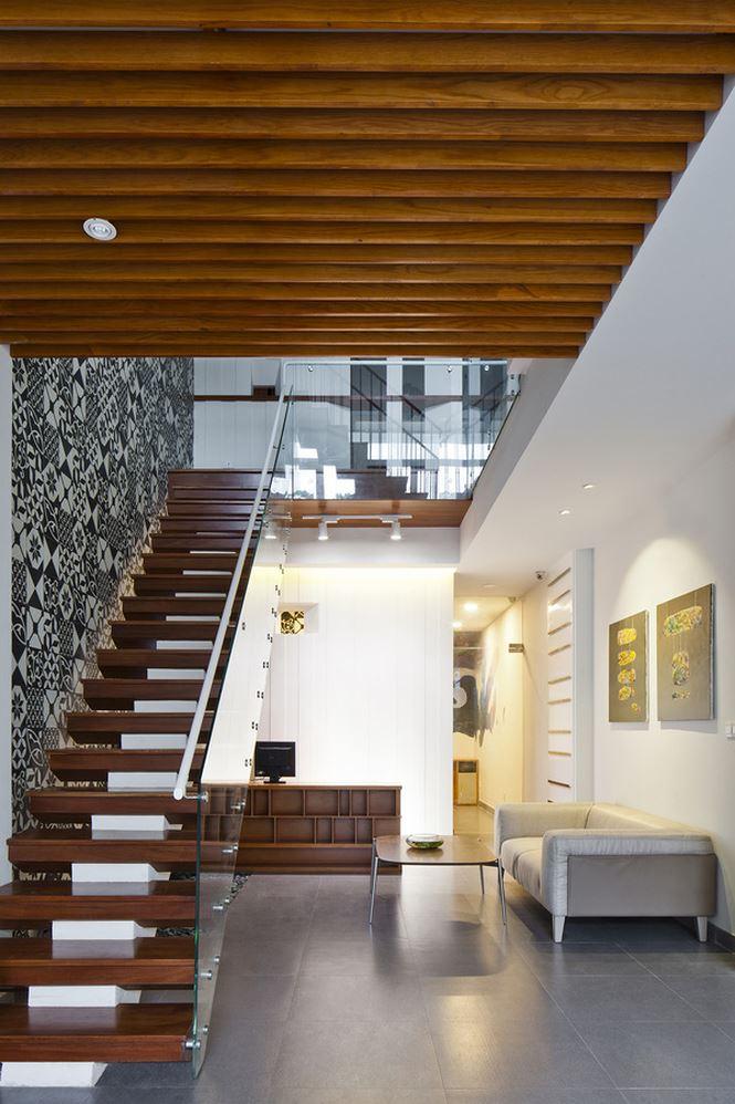 Lan can cầu thang nhỏ giúp nhà thoáng hơn và các tầng cũng đảm bảo sự kết nối hơn.