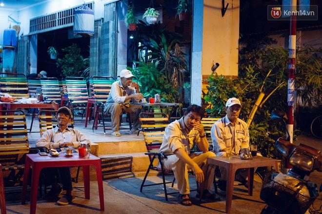 Nói là cafe sáng, thế nhưng từ 1-2 giờ sáng đã thấy nhiều quán mở cửa phục vụ. Hình ảnh những người đàn ông trung tuổi ngồi uống cafe dưới ánh đèn đường vàng mỗi sớm tinh mơ không quá xa lạ ở Sài Gòn.