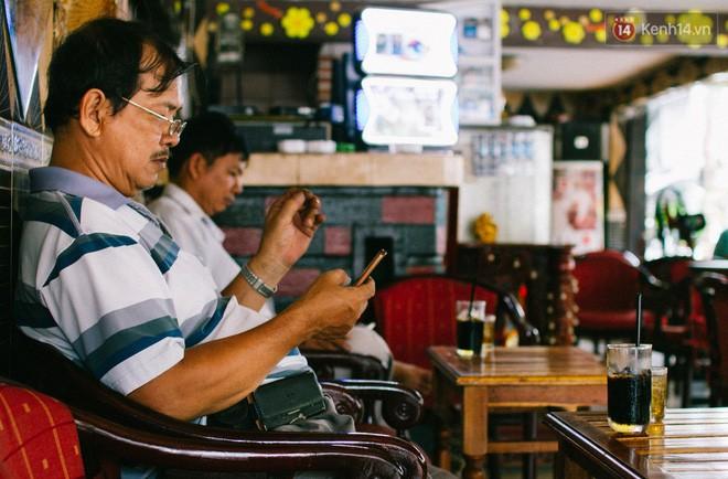 """Nếu sống ở Sài Gòn, bạn sẽ hiểu cafe sáng đã trở thành một phần khó bỏ của đại đa số người dân nơi đây. Nhiều người """"nghiện"""" ly cafe hòa quyện bên trong chút đăng đắng của cafe rang cháy, chút ngọt ngào của sữa đặc."""