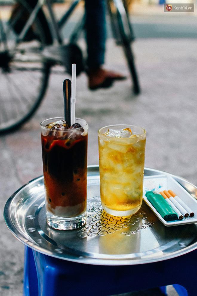 Cafe sữa được pha chế đơn giản với ít sữa đặc bên dưới, khuấy với một chút cafe đã pha sẵn đầu ngày tạo thành màu nâu đặc trưng, sau khi bỏ đá cho đầy ly tiếp tục rót một lớp mỏng cafe đen lên.