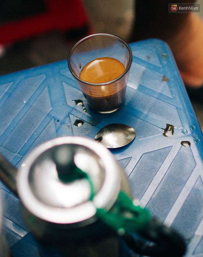 Cafe sữa nóng thì được chứa trong những ly nhỏ đã làm nóng. Tại những quán cóc vỉa hè, ly cafe sữa như thế này thường có giá từ 8.000-15.000 đồng.