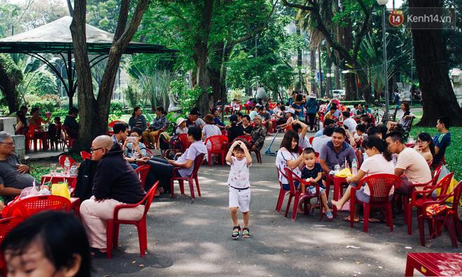 Người Sài Gòn uống cafe sáng ngày cuối tuần tại công viên Tao Đàn, quận 1.