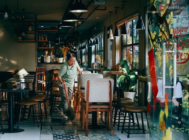 Còn những quán cafe ở khu vực trung tâm quận 1, quận 3 thì mở cửa muộn hơn, khoảng từ 6h trở đi.