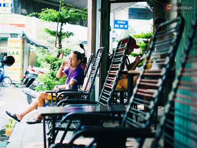 Có người bảo, ở Sài Gòn thèm cafe thì cứ đi tiếp 100 mét sẽ thấy một quán. Đúng là như vậy, khắp mọi ngõ ngách, đâu đâu ta cũng có thể thấy cafe với đủ loại được bày bán thượng vàng hạ cám phục vụ cho nhiều đối tượng khác nhau, từ bình dân lề đường giá vài nghìn đến sang chảnh giá có thể lên đến gần cả trăm nghìn một ly. Phần nào giúp ta thấy được sức hút của thức uống này với một thành phố năng động như Sài Gòn.