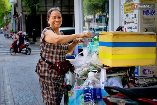 Đôi khi còn bắt gặp người dân gắn thêm kệ trên yên xe máy để bán cafe rong khắp thành phố.