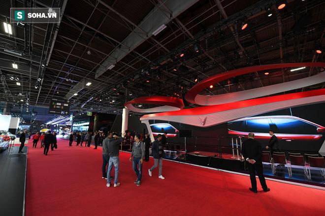 Khoảng 6h sáng (theo giờ Pháp) tại trung tâm triển lãm Paris Motor Show, những công đoạn chuẩn bị cuối cùng cho màn ra mắt của VinFast đã hoàn tất.