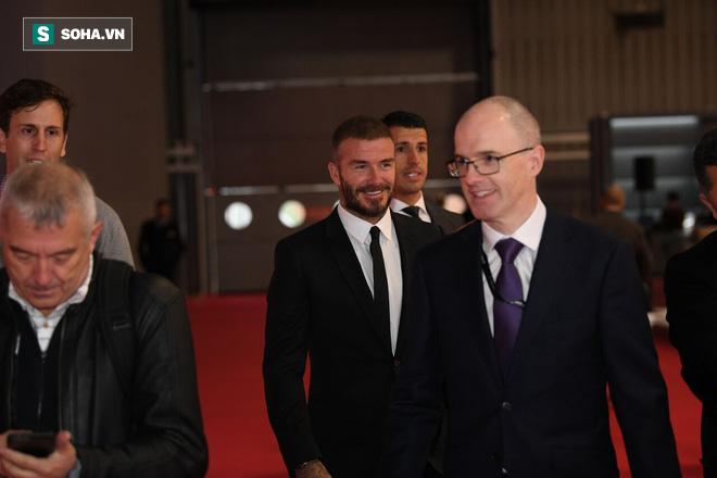Có mặt từ rất sớm, David Beckham- vị khách mời đặc biệt nhất trong buổi lễ - xuất hiện với vẻ ngoài bảnh bao. Vốn mang vẻ như tượng tạc, khắc lên một biểu tượng về sự tinh tế, như văn hóa Anh quốc đương đại, Beckham mang tới thông điệp về sự sang trọng, đẳng cấp cho sự kiện của VinFast.