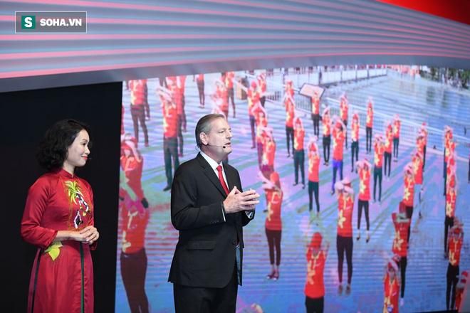 Ngay sau đó là sự xuất hiện của 2 nhân vật quan trọng nhất trong đội ngũ lãnh đạo của VinFast: bà Lê Thị Thu Thủy - Chủ tịch VinFast - và ông James DeLuca - CEO VinFast.