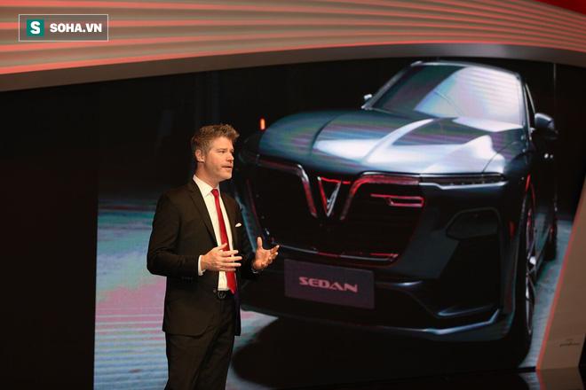 """Dave Lyon - giám đốc thiết kế - chịu trách nhiệm thuyết minh 2 mẫu xe VinFast tại sự kiện. """"Với những chiếc xe này, chúng tôi đang đưa tinh thần Việt Nam hiện đại lên sân khấu thế giới!"""", Lyon kết thúc bài phát biểu bằng câu nói ấn tượng."""
