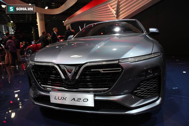 """""""Hai nhân vật chính"""" của buổi lễ chính thức ra mắt. Mẫu xe sedan mang tên gọi LUX A2.0 có màu xám ánh xanh ngọc."""