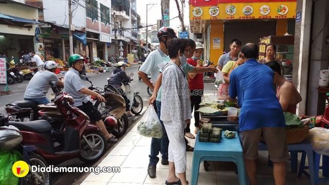 Nếu bạn muốn được thưởng thức món xôi lừng danh đất Sài Gòn này, thì bạn phải tranh thủ thời gian đến từ sớm. Bởi thường ngày, ngay khi quán mở hàng, đã có rất đông khách từ học sinh, sinh viên cho tới người đi làm xếp hàng chờ mua xôi.