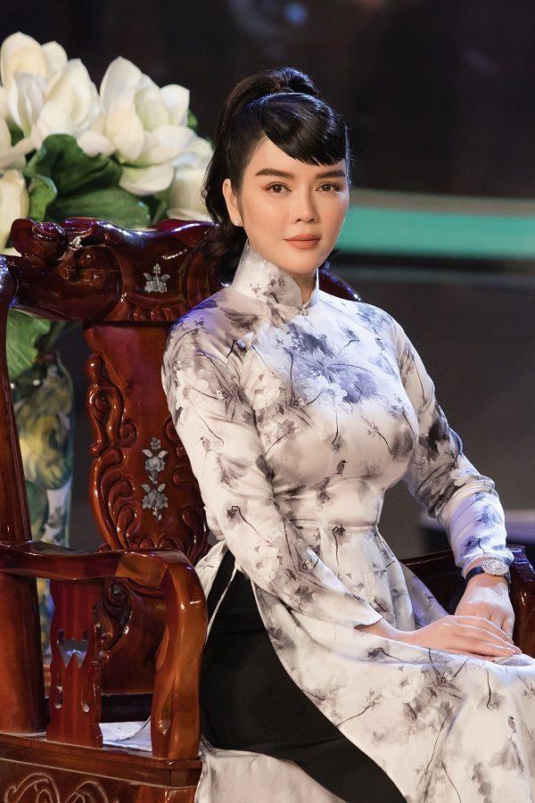 """Lý Nhã Kỳ diện áo dài hóa Cô Ba Sài Gòn, đẹp dịu dàng trên """"ghế nóng"""""""