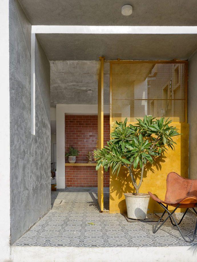 Nhà phố ngập ánh mặt trời và cây xanh với điểm nhấn màu vàng trẻ trung độc đáo - Ảnh 9.