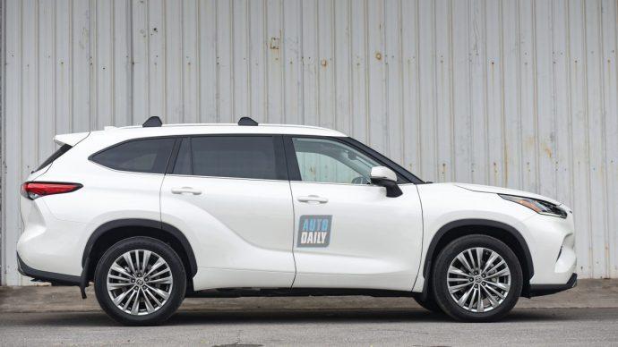 Chi tiết Toyota Highlander Platinum 2021 hơn 4 tỷ đầu tiên về Việt Nam 35.jpg